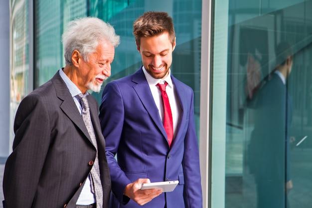 Deux, homme affaires, discuter, a, projet, sur, tablette