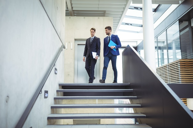 Deux homme d'affaires marchant dans les escaliers
