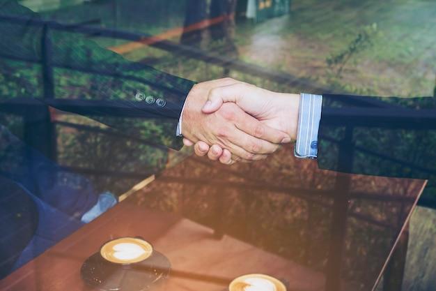 Deux, homme affaires, serrer main, dans, café-restaurant