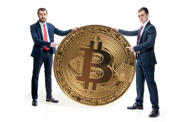 Deux homme décontracté tenant l'icône de l'entreprise