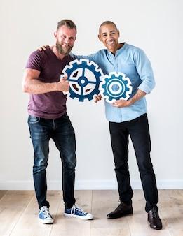 Deux homme occasionnel tenant l'icône de rouage