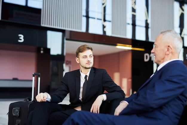 Deux hommes d'affaires à l'aéroport