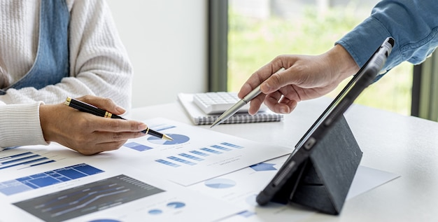 Deux hommes d'affaires assistent à une réunion de remue-méninges pour savoir comment financer l'entreprise, ils forment des partenariats pour ouvrir l'entreprise, planifier et comprendre comment gérer une entreprise. notion de gestion