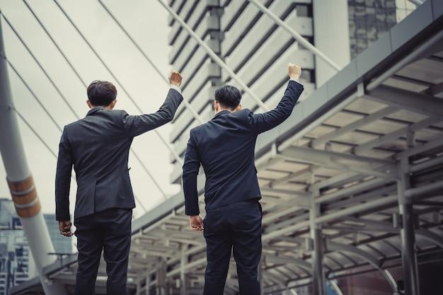 Deux hommes d'affaires atteignant des objectifs