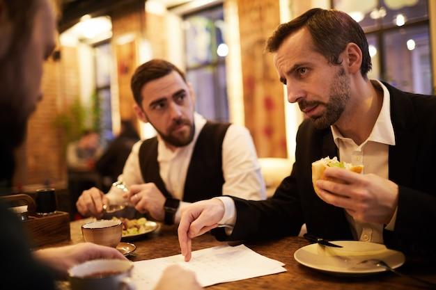 Deux hommes d'affaires au restaurant