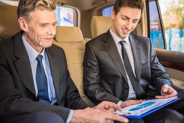 Deux hommes d'affaires confiants lors d'une réunion.