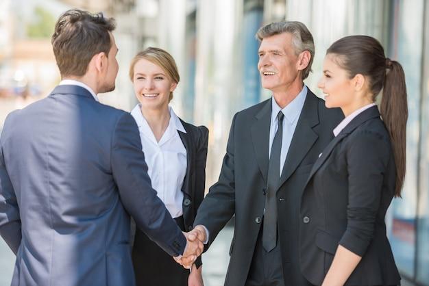 Deux hommes d'affaires confiants se serrant la main.