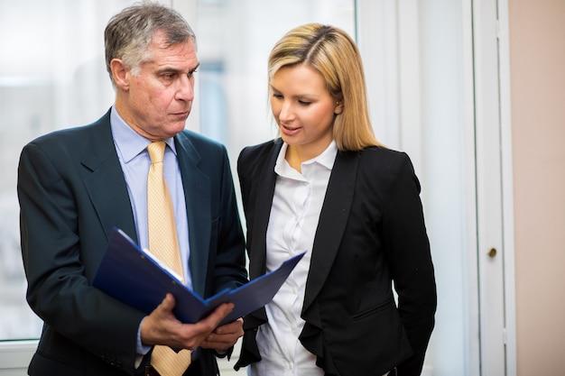 Deux hommes d'affaires discutant