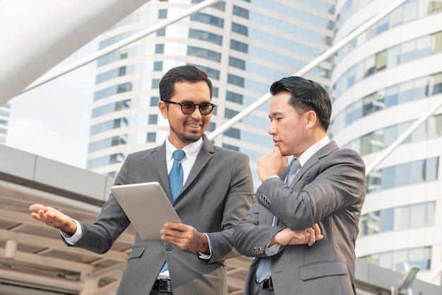 Deux hommes d'affaires discutent