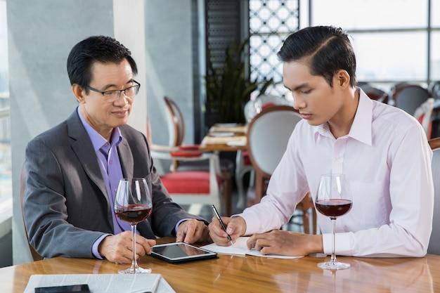 Deux hommes d'affaires discuter du projet dans le restaurant