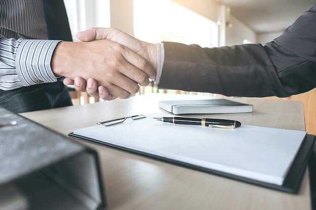 Deux hommes d'affaires et hommes d'affaires confiants après avoir discuté de bonnes affaires