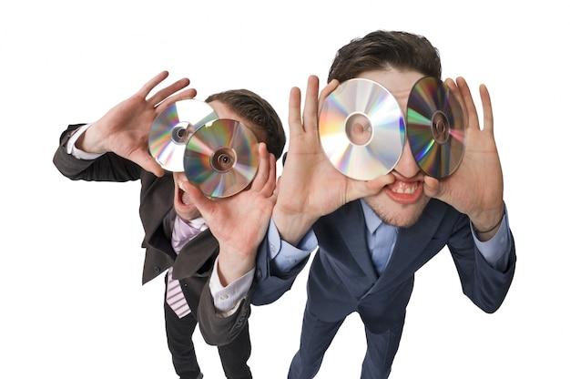 Deux hommes d'affaires joyeux offrant des dvd en vente