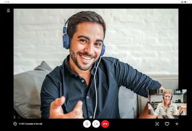 Deux hommes d'affaires lors d'un appel vidéo professionnel tout en travaillant à distance depuis leur domicile. nouveau mode de vie normal.