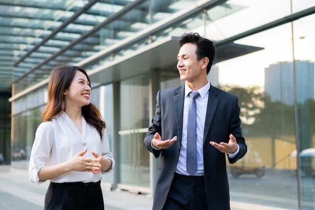 Deux hommes d'affaires marchant et parlant ensemble