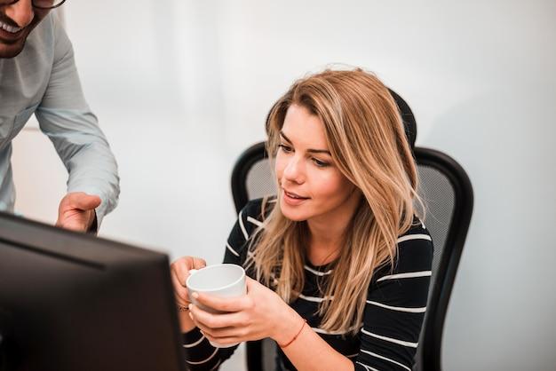 Deux hommes d'affaires parlent de nouveau projet en regardant sur un écran d'ordinateur. remue-méninges et idées.