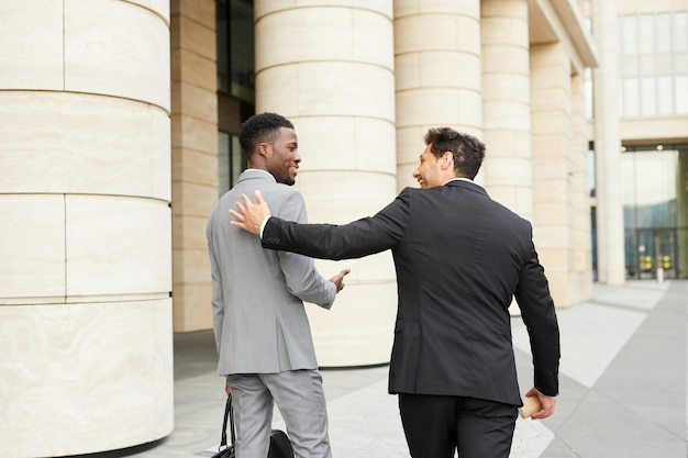 Deux hommes d'affaires réunis dans la ville