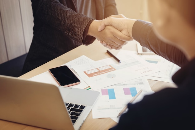 Deux hommes d'affaires se serrant la main accord de partenariat