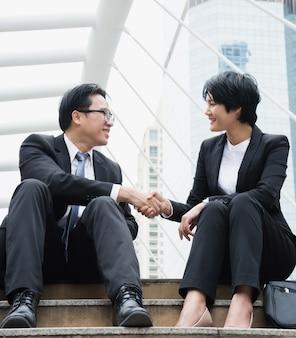 Deux hommes d'affaires se serrent la main.