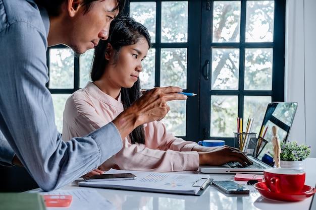 Deux hommes d'affaires sérieux et une femme utilisant un ordinateur portable et de discuter et de développer la stratégie