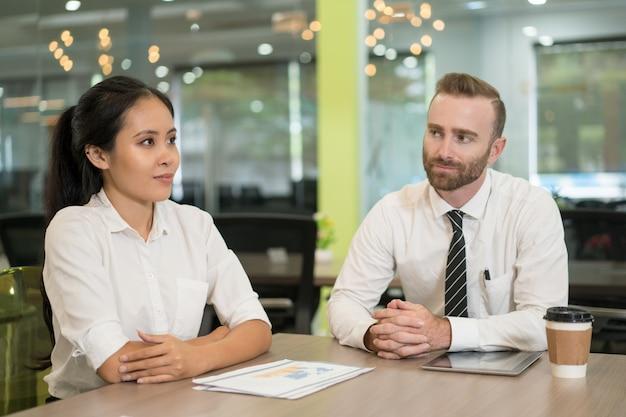 Deux hommes d'affaires sérieux se réunissant et travaillant au bureau