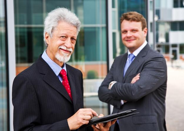 Deux hommes d'affaires avec une tablette