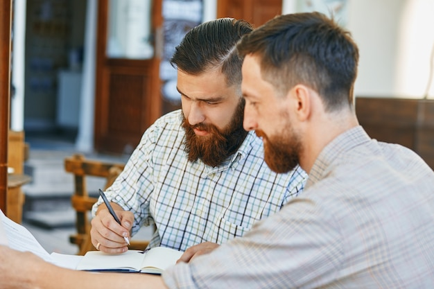 Deux hommes d'affaires travaillent sur un contrat