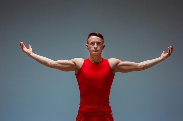 Deux hommes caucasiens acrobatiques de gymnastique