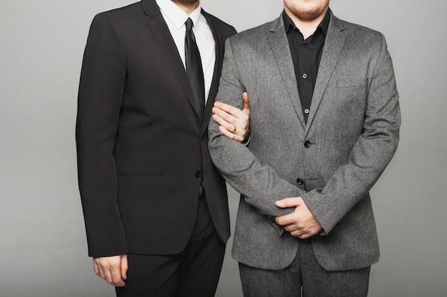 Deux hommes en costume lors d'un mariage lgbt