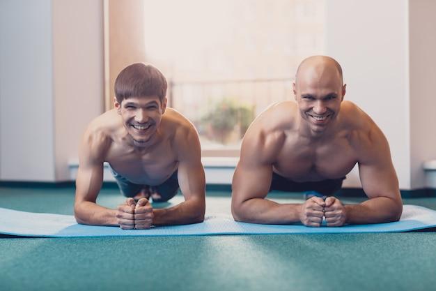 Deux hommes effectueront un entraînement physique dans le gymnase