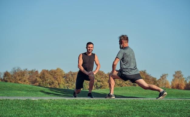 Les deux hommes font de l'exercice en plein air