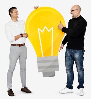 Deux hommes avec une icône d'ampoule