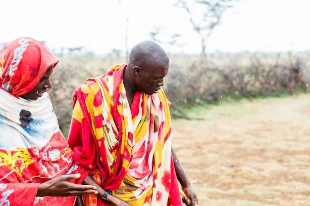 Deux hommes massai marchant ensemble