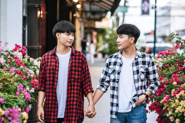 Deux hommes qui s'aiment se tiennent main dans la main.