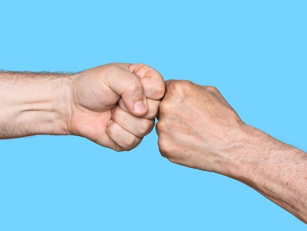 Deux hommes se cognant les poings