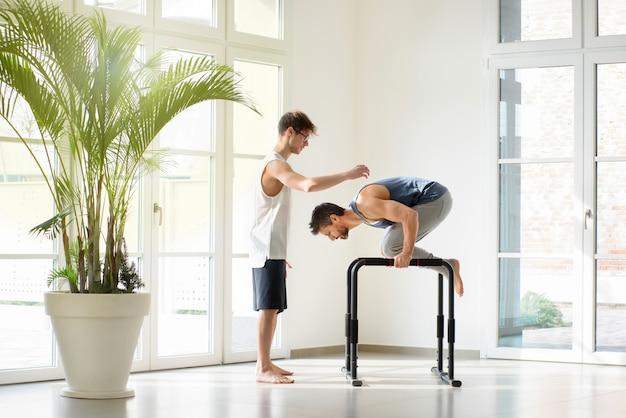 Deux, hommes, séance entraînement, faire, gymnastique, exercices