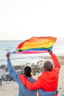 Deux homosexuels détiennent un drapeau lgbt