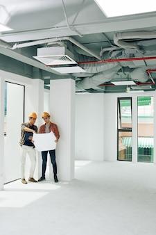 Deux ingénieurs coworking