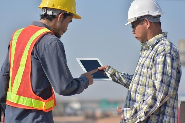 Deux ingénieurs parlent à l'extérieur