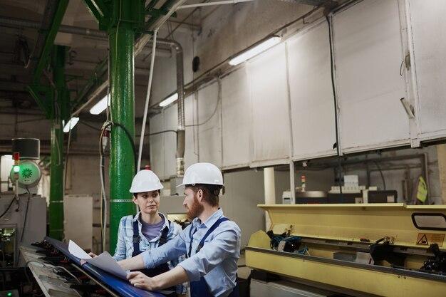 Deux ingénieurs travaillant dans l'usine
