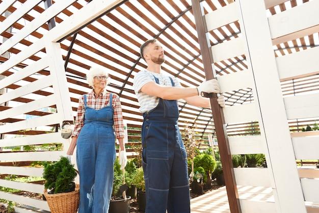 Deux jardiniers travaillant dans une plantation