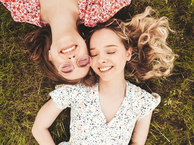 Deux, jeune, beau, sourire, hipster, filles, dans, branché, été, robe d'été., sexy, insouciant, femmes, mensonge, sur, les, herbe verte, dans, sunglasses., modèles positifs, amusant,., vue dessus