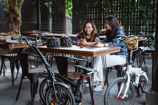 Deux, jeune femme, délassant, coupure, à, café, après, cyclisme