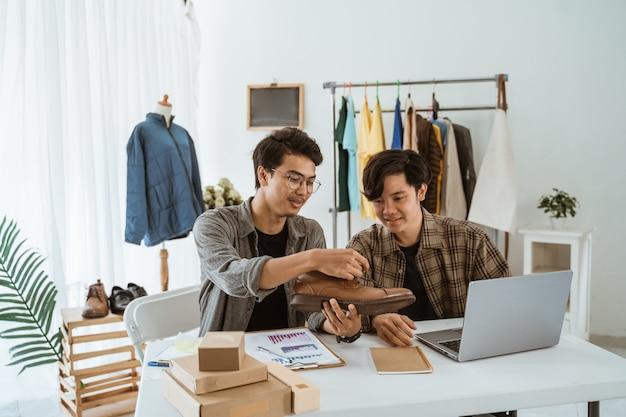 Deux jeune homme d'affaires asiatique discutant de leur produit