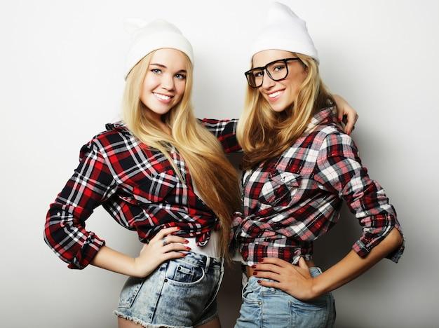 Deux jeunes amies debout ensemble et s'amuser.