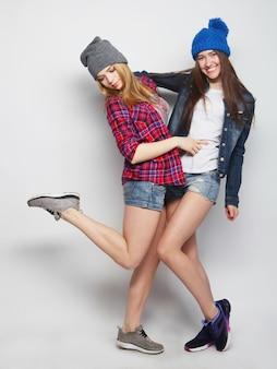 Deux jeunes amies s'amusent ensemble.