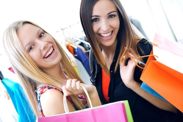 Deux jeunes amis qui achètent ensemble