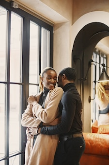 Deux jeunes au café. couple africain appréciant le temps passé les uns avec les autres.