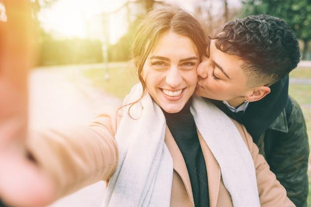 Deux jeunes belles amies en plein air prenant selfie