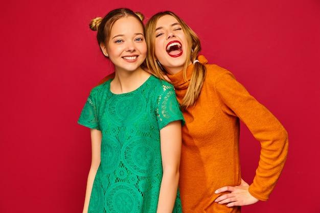 Deux jeunes belles femmes posant dans des vêtements à la mode