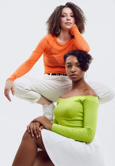 Deux jeunes belles femmes en vêtements d'été colorés